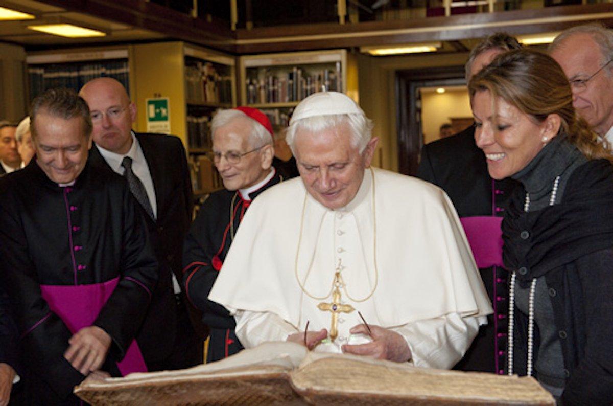 Papst Benedikt bei einem Besuch der Vatikanischen Bibliothek: 3000 Handschriften wird der japanische IT-Konzern NTT in den nächsten vier Jahren digitalisieren.