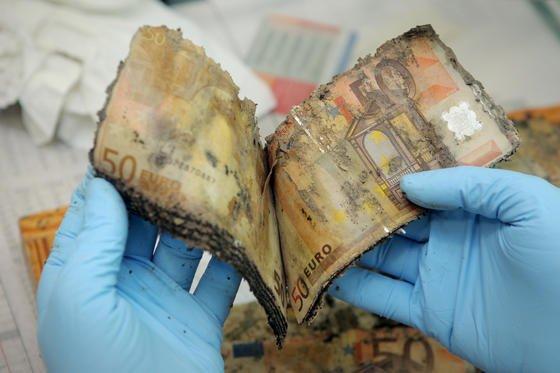 Ein Mitarbeiter des Nationalen Analysezentrums der Bundesbank in Mainz analysiert Fünfzig-Euro-Geldscheine aus einem Wasserfund. Auch wenn Geldscheine im Alltag einen optisch viel besseren Eindruck machen, sind sie doch idealer Nährboden für unsichtbare Krankheitserreger.