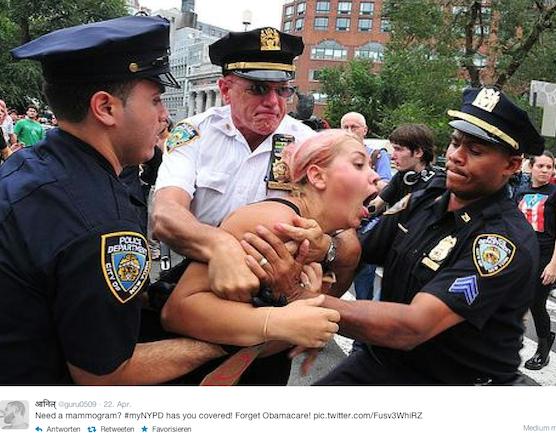 Drei Polizisten nehmen eine Frau derart in die Mangel, dass sie scheinbar keine Luft mehr bekommt. Viele Menschen kritisieren die oft überzogen wirkende Gewaltbereitschaft der New Yorker Polizei.