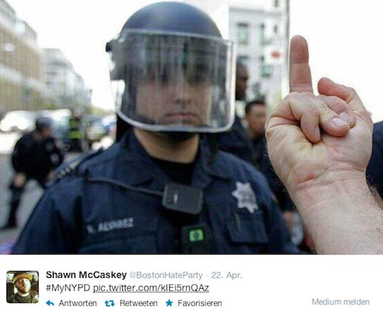 Gewünscht hatte sich die New Yorker Polizei eigentlich Fotos, die Beamte und Bürger in freundschaftlicher Harmonie zeigen. Das Gegenteil ist eingetroffen.