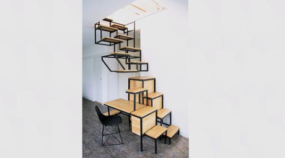 Designerin Mieke Meijer folgt dem Trend des Industrial Designs:Die Design-Hängetreppe Object élevé besteht aus Eichenholz und schwarzem Stahl.
