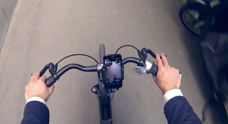 Der Fahrer hat das Smartphone stets im Blick: Er sieht Parameter wie Akkuladung oder Geschwindigkeit und kann sich auch einen Routenplaner anzeigen lassen.