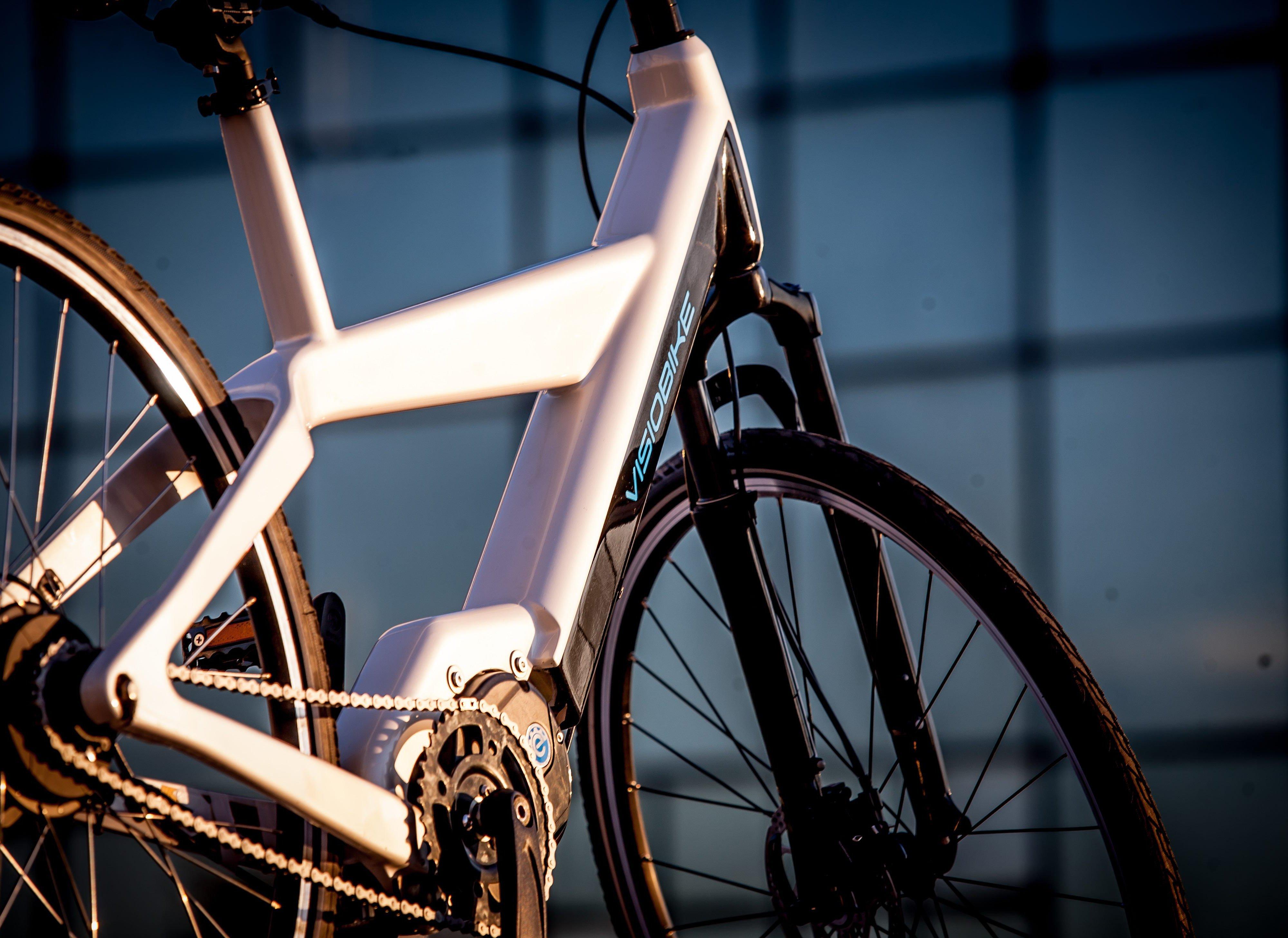 Der Akku ist im Rahmen untergebracht und lässt sich nicht abnehmen. Zum Aufladen muss daher das gesamte Fahrrad zur Steckdose.