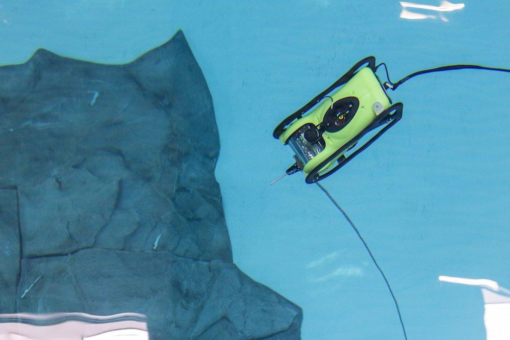 DFKI-Forscher steuern das Unterwasserfahrzeug Seabotix durch das Testbecken. Dort macht es Filmaufnahmen, die live in das Virtual Reality Labor – eine 3D-Testumgebung – übertragen werden.