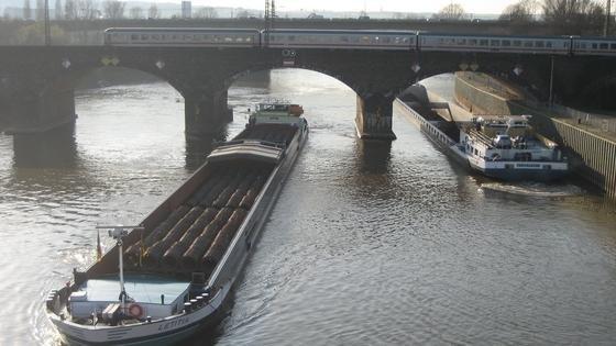 Neue Fahrerassistenzsysteme können zukünftig den Verkehrsfluss auf der Schiene und den Binnengewässern sicherer machen und zugleich den Anforderungen an Effizienz und Umweltverträglichkeit gerechter werden.