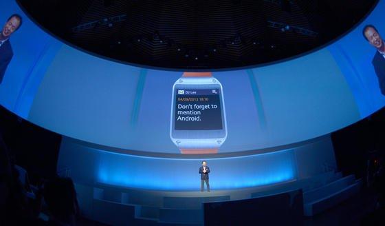 Vorstellung der Samsung-Smartwacht im September 2013 durch Samsung-CEO JKShin im Tempodrom in Berlin: Jetzt will auch Windows in das Geschäft einsteigen. Angeblich soll die Uhr auch mit den Betriebssystemen von Apple und Samsung kompatibel sein.