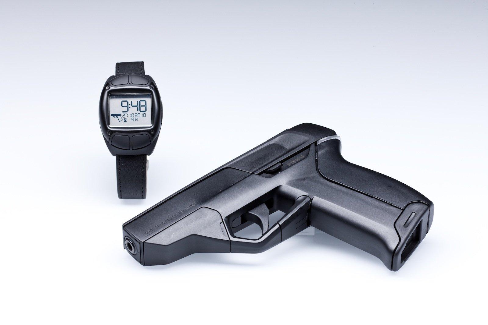 Die halbautomatische iP1 vom Münchner Hersteller Armatix funktioniert nur gemeinsam mit einer RFID-Armbanduhr, die nach Eingabe eines Codes ein Signal an die Pistole sendet und diese entsperrt.