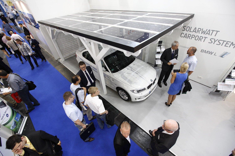 Grüne Welle: Photovoltaik und Elektromobilität sind ein starkes Strompaar.