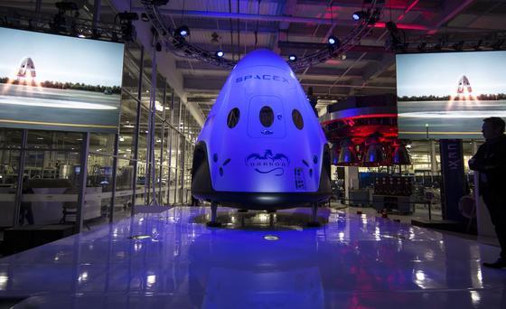 Die weiß glänzende Kapsel Dragon V2 erinnert an ein halbes Überraschungs-Ei: Mit ihr will SpaceX-Gründer Elon Musk ab 2016 Astronauten zur ISS bringen.