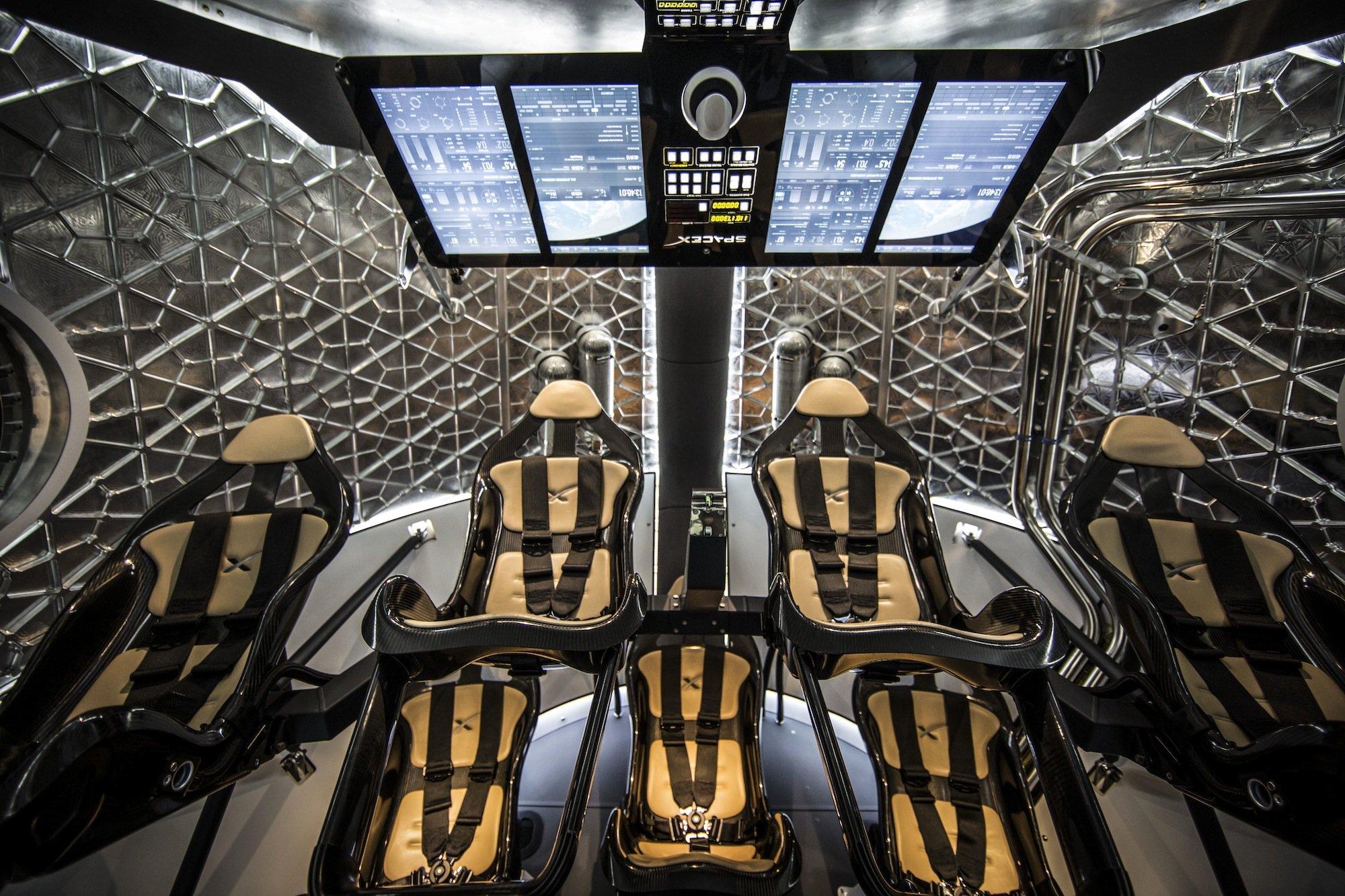In der Dragon V2 ist Platz für sieben Astronauten.