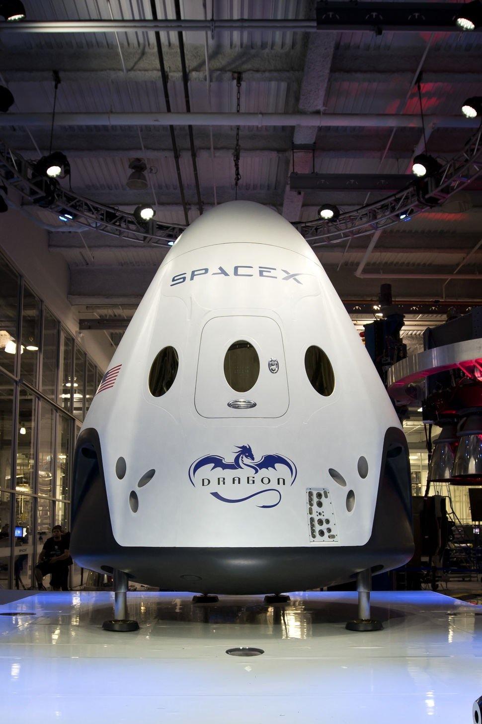 """Vier Raketentriebwerke sorgen dafür, dass die Kapsel Dragon V2 gebremst absteigen und landen kann. Und zwar überall auf der Erde """"mit der Präzision eines Hubschraubers"""", schwärmte SpaceX-Chef Elon Musk."""