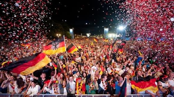 Fanmeile vor dem Brandenburger Tor in Berlin während der Europameisterschaft 2012: Jetzt haben Informatiker der Universität Innsbruck die Siegchancen aller Teams bei der Fußballweltmeisterschaft in Brasilien errechnet. Danach wird Brasilien klar der nächste Weltmeister.