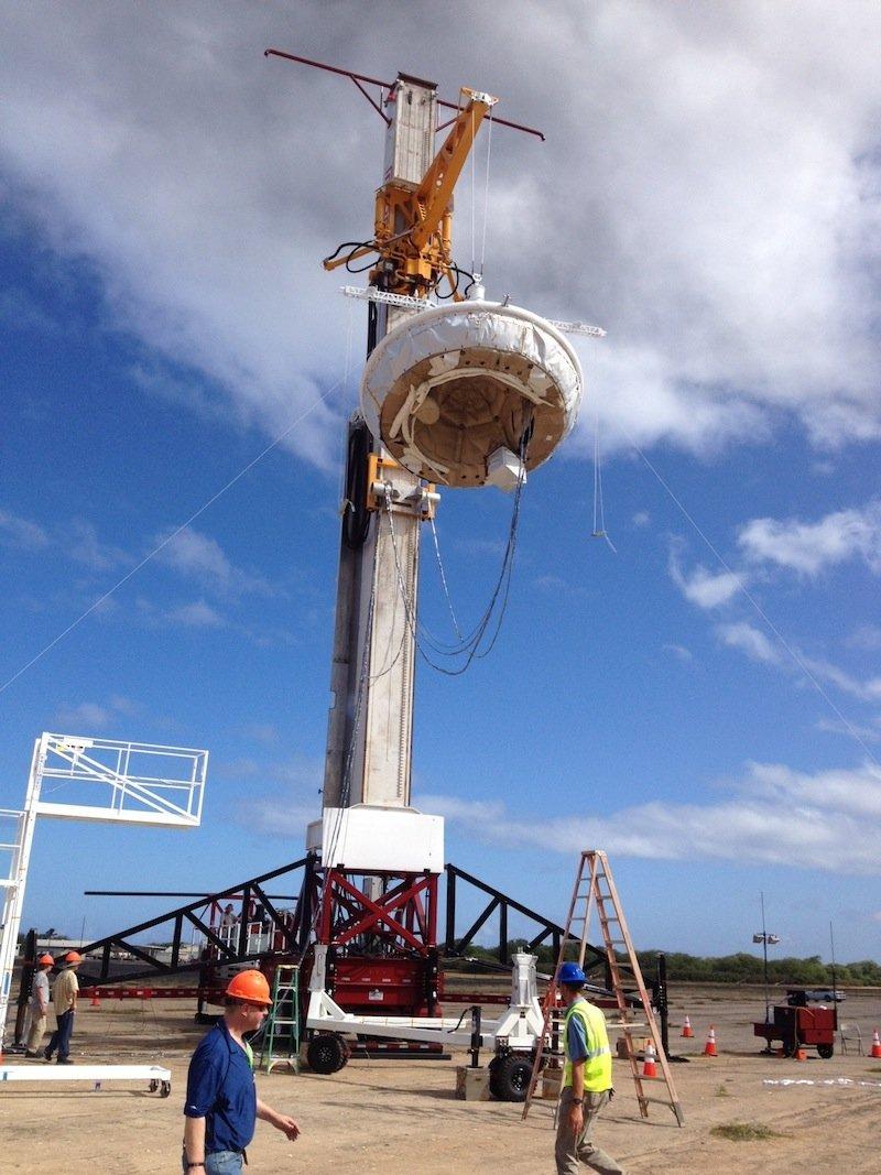 Alles in Ordnung: An einem Kran hängt der NASA-Fallschirm, der vor dem Test am Dienstag noch mal genau überprüft werden.