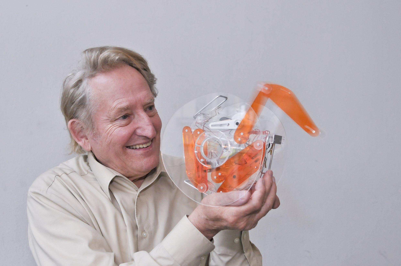 Der Berliner Bionik-Professor Ingo Rechenberg vom TU-Institut für Prozess- und Verfahrenstechnik mit einem Modell, das die Fortbewegung der Rollspinne aus der Sahara simuliert.