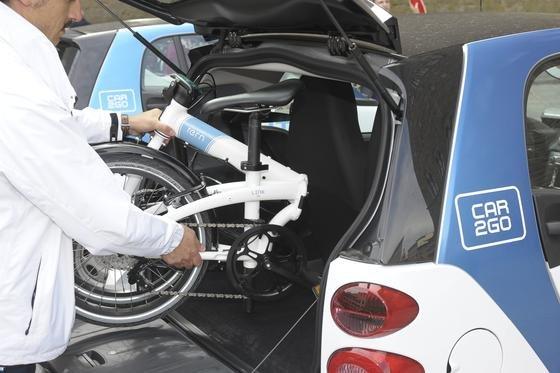 Das Klapprad Link Uno des HerstellersTern passt perfekt in den Kofferraum des Smart. Jetzt wollen beide Unternehmen erreichen, dass Carsharing-Nutzer mit dem Rad ihr Auto abholen und dadurch mehr Smart-Standorte erreichen können.