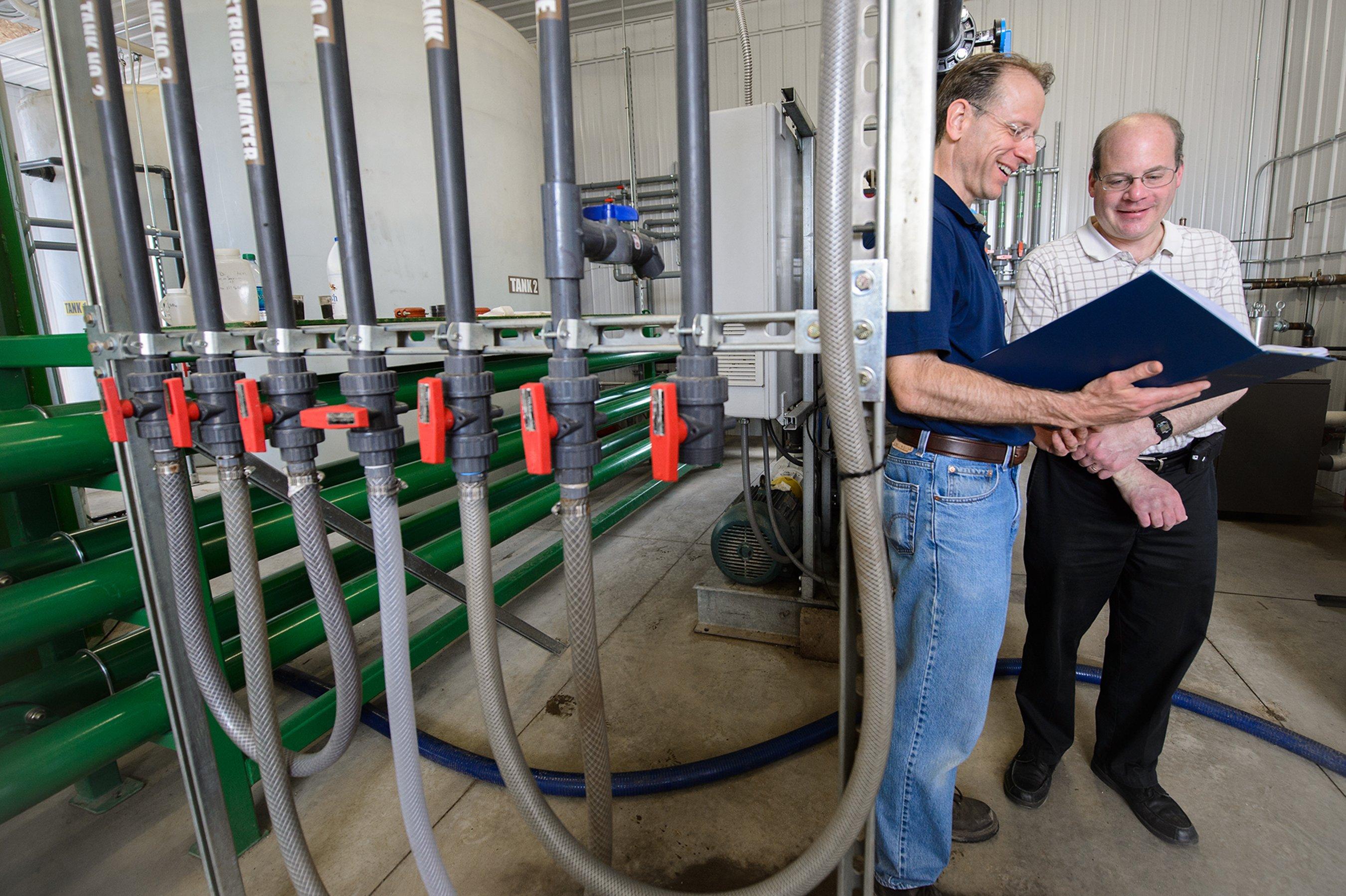 Der ehemalige Doktorand der Michigan State University Jim Wallace (li.) und dessen Professor Steve Safferman gehören zum Team, das die neue Filtertechnologie entwickelt hat. Das System gewinnt aus Kuhmist nicht nur Energie und Düngemittel, sondern auch trinkbares Wasser. Die Anlage soll für Farmer in trockenen Landstrichen wirtschaftlich einsetzbar sein.
