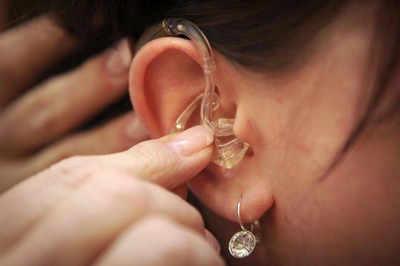 """Menschliches Hören ist mehr als die Verarbeitung rein akustischer Signale.Das EU-Projekt """"Two!Ears"""" untersucht alle Einflüsse, die zum Verstehen beitragen. Die Ergebnisse können helfen, die Hörgerätetechnik zu revolutionieren."""
