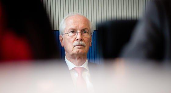 Generalbundesanwalt Harald Range sitzt am 4. Juni 2014 in Berlin im Rechtsausschuss des Bundestags. Hier wird Range in einer nichtöffentlichen Sitzung über die Ermittlungen in der NSA-Affäre informieren. Seine Behörde prüft seit Monaten Vorwürfe gegen den US-Geheimdienst NSA und andere ausländische Nachrichtendienste.