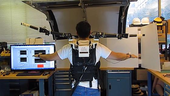 Ein Forscher des MIT experimentiert mit den Roboterarmen: Sie folgen mit minimaler zeitlicher Verzögerung der Bewegung seiner Arme. Möglich wird das durch Sensoren am Handgelenk.