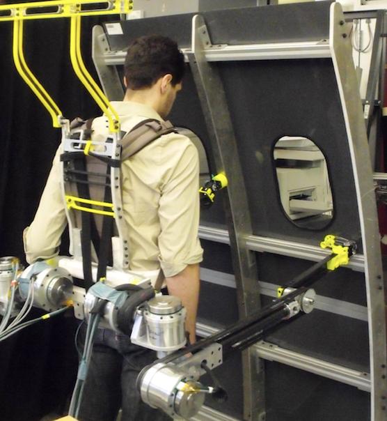 Boeing hat die Entwicklung der Roboterarme finanziell unterstützt. Der Flugzeugbauer will seine Arbeiter bei schweren Arbeiten entlasten.