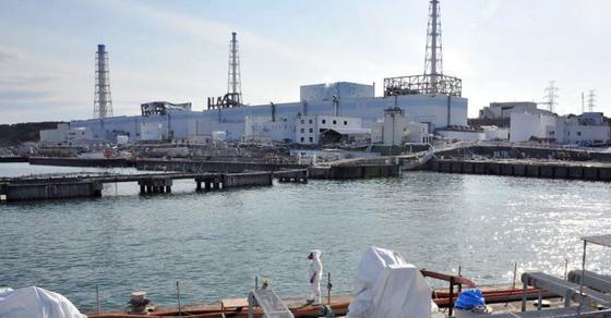 Gut drei Jahre nach der Reaktorkatastrophe von Fukushima hat Betreiber Tokyo Electric Power (Tepco) die Folgen noch längst nicht im Griff. Aktuell wird mit dem Bau einer Eismauer begonnen, die verhindern soll, dass radioaktives Wasser ins Meer gelangt. Gleichzeitig soll sie aber auch verhindern, dass Grundwasser in den Reaktorbereich dringt. Eine kostspielige Angelegenheit, deren Erfolg nicht sicher ist.