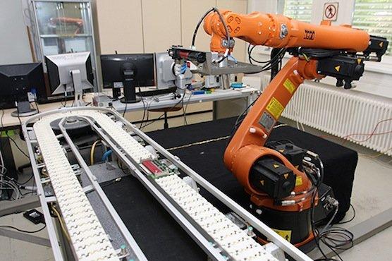 Maschinen und Anlagen werden sich in Zukunft immer schneller an kleinerer Produktserien anpassen müssen. Die Steuerungstechnik des EU-Projekts soll die Umrüstzeiten verkürzen.