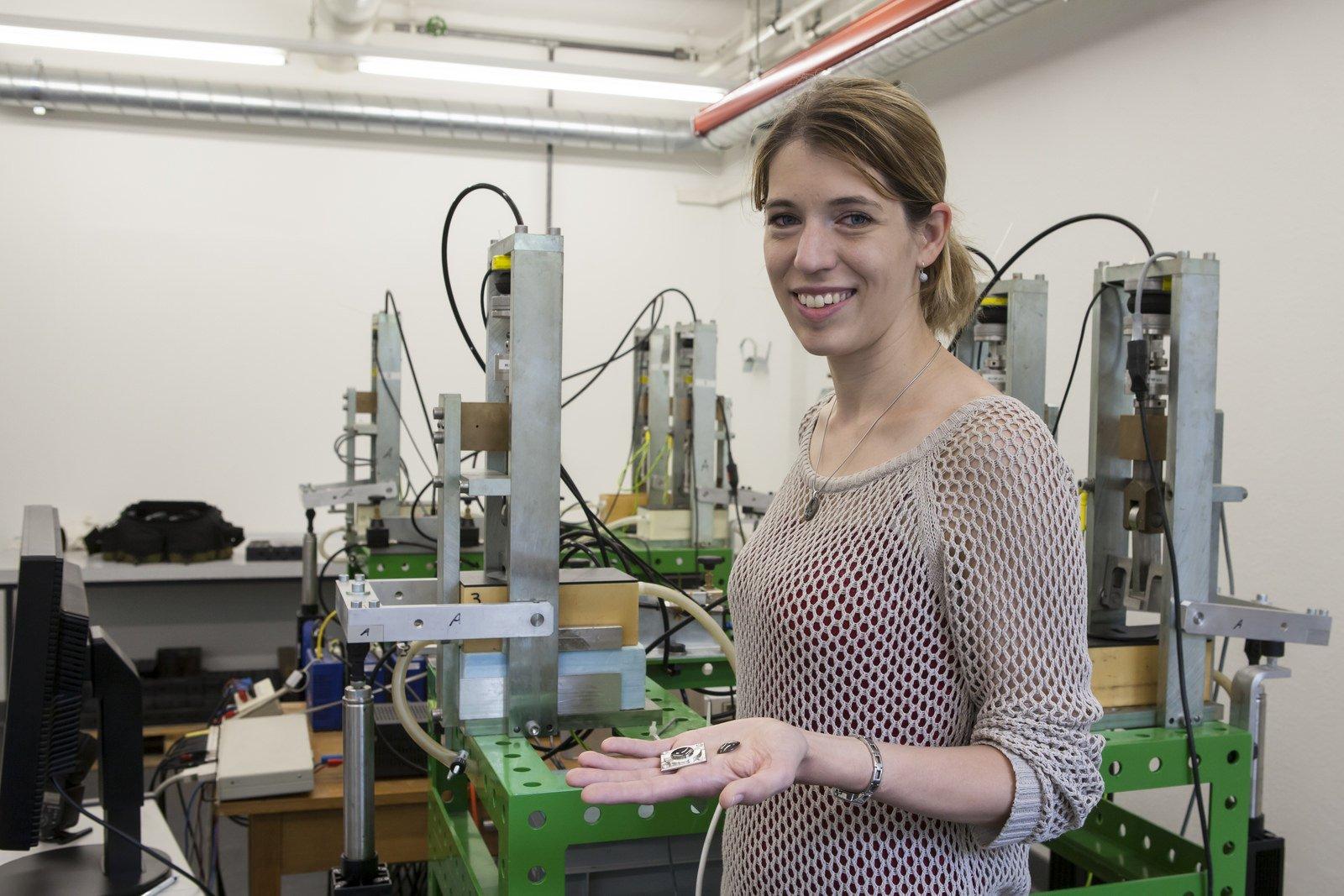 Empa-Forscherin Kerstin Thorwarth präsentiert die Technologie für langlebige Bandscheiben-Implantate. Ein Haftvermittler aus Tantal verhindert den Verschleiß der Implantate und macht einen Austausch überflüssig.