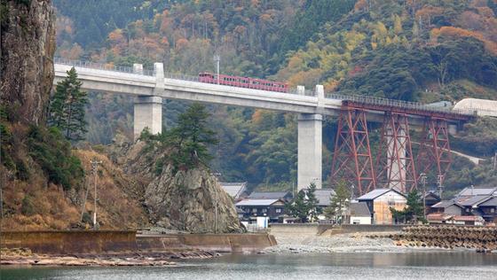 Eisenbahnbrücke in Japan: Der Beton des japanischen Unternehmens Shimizu Corporation soll 1000 Jahre halten und Wartungsarbeiten minimieren.