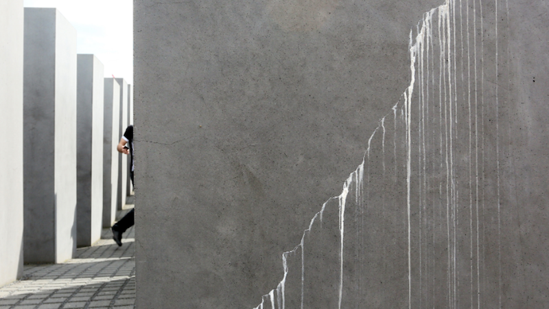 Riss in einer Betonstele des Holocaust-Mahnmals in Berlin: Nach nur neun Jahren bröckelt und reißt der Beton.