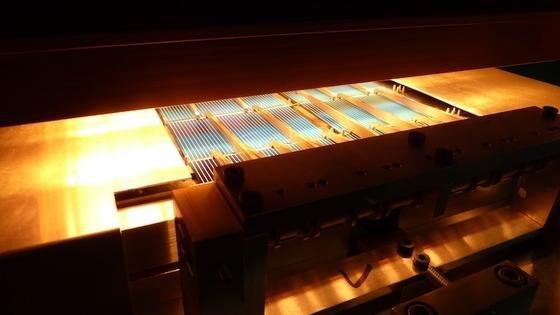 Ein Nanosekundenlaser ritzt die Rückseite der Solarzellen ein, sodass eine Sollbruchstelle entsteht. Anschließend werden die halbierten Zellen automatisch verlötet.