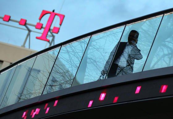 Die Deutsche Telekom will sich schon länger von ihrer amerikanischen Tochter T-Mobile US trennen. Jetzt scheint sie mit Sprint endlich einen Käufer gefunden zu haben. Allerdings könnte die Kartellbehörde die Fusion noch verhindern.