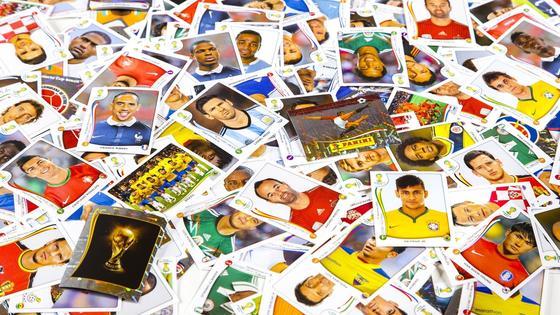 Da geht das Sammlerherz von Fußballfans auf: Eine geballte Ladung von Panini-Stickern mit den Stars der WM 2014 in Brasilien.