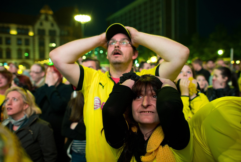 Enttäuschte Dortmund-Fans beim Public Viewing: Trotz der Aufregungen bei Fußball-Großereignissen wie der aktuellen Weltmeisterschaft in Brasilien hat das keinen Einfluss etwa auf die Zahl von Herzinfarkten bei Fußballfans. Das haben jetzt Forscher derUniversität Halle-Wittenberg herausgefunden.