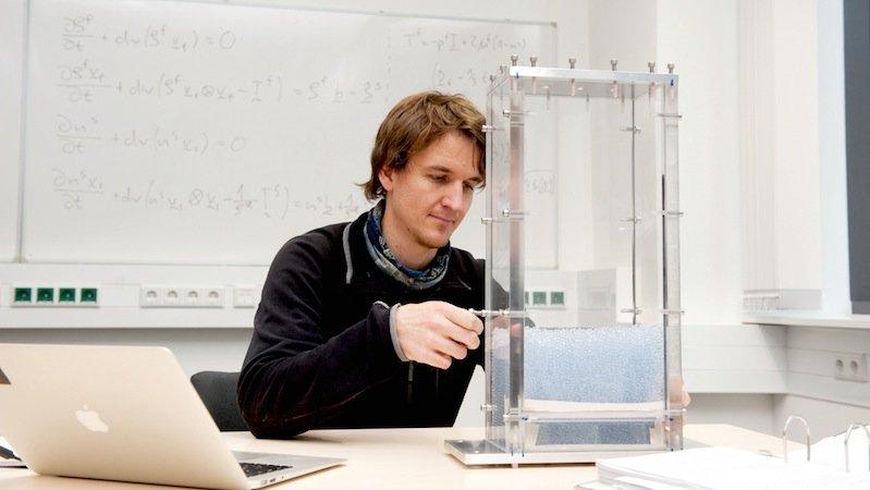 Timo Reisner plant Experimente mit einer Miniaturversion des Versuchsstandes.