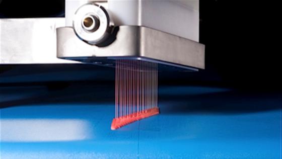 Der 3D-Drucker schießt mit Geliermittel versetzte Lebensmittelpaste Schicht für Schicht auf den Teller, bis ein komplettes Essen entstanden ist. Nächstes Jahr soll das Gerät auf den Markt kommen.
