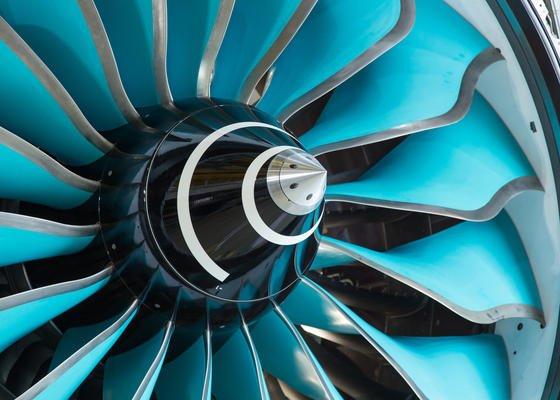 UltraFan-Triebwerk von Rolls-Royce: Der Triebwerkhersteller sieht gute Chance, den CO2-Ausstoß zu halbieren, trotz stärkeren Flugaufkommens. Deshalb setzt Rolls-Royce verstärkt leichtere Werkstoffe wie Carbon und Titan ein, um die Triebwerke leichter und sparsamer zu machen.