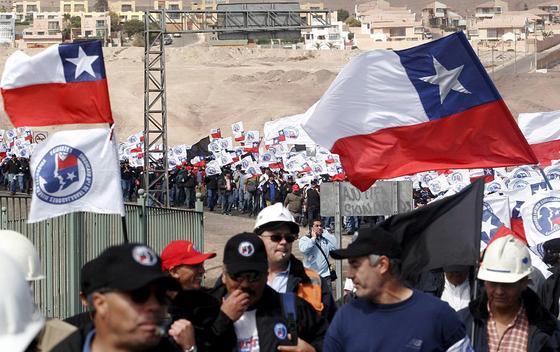 In Chile protestieren über 2000 Arbeiter für bessere Arbeitsbedingungen in der Escondida-Mine, der größten Kupfermine der Welt. Ihre Kollegen beim Bergbauunternehmen Codelco werden in Zukunft in arsenbelasteten Minen sogar um ihre Gesundheit fürchten müssen.