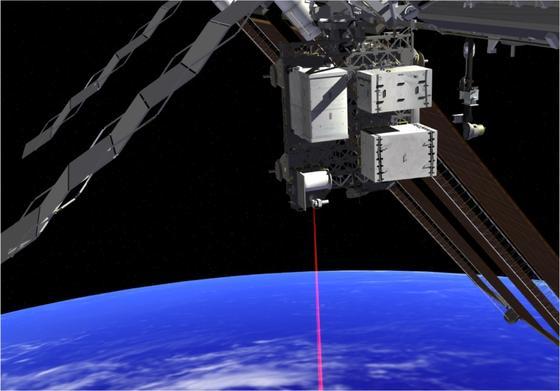 Die künstlerische Darstellung zeigt, wie über den der OPALS-Laser Daten von der ISS zur Erde gebeamt werden.
