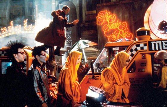 Filmszene aus Blade Runner mit Harrison Ford: In dem Film sind Menschen und Maschinen kaum noch zu unterscheiden. Harrison Ford versucht in dem Film, mit demVoigt-Kampff-Test Menschen und Roboter zu unterscheiden. In der Wirklichkeit gibt es dazu den Turing-Test, den jetzt zum ersten Mal ein Computer bestanden hat.