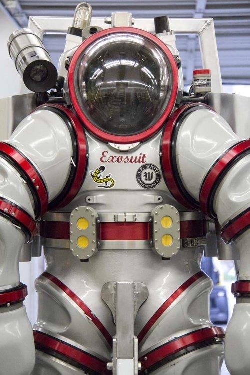 Der Anzug wiegt 240 Kilogramm und wird von vier Propellern angetrieben. Über ein Verbindungskabel mit dem Schiff erfolgen die Energieversorgung, die sprachliche Kommunikation und die Datenübertragung.