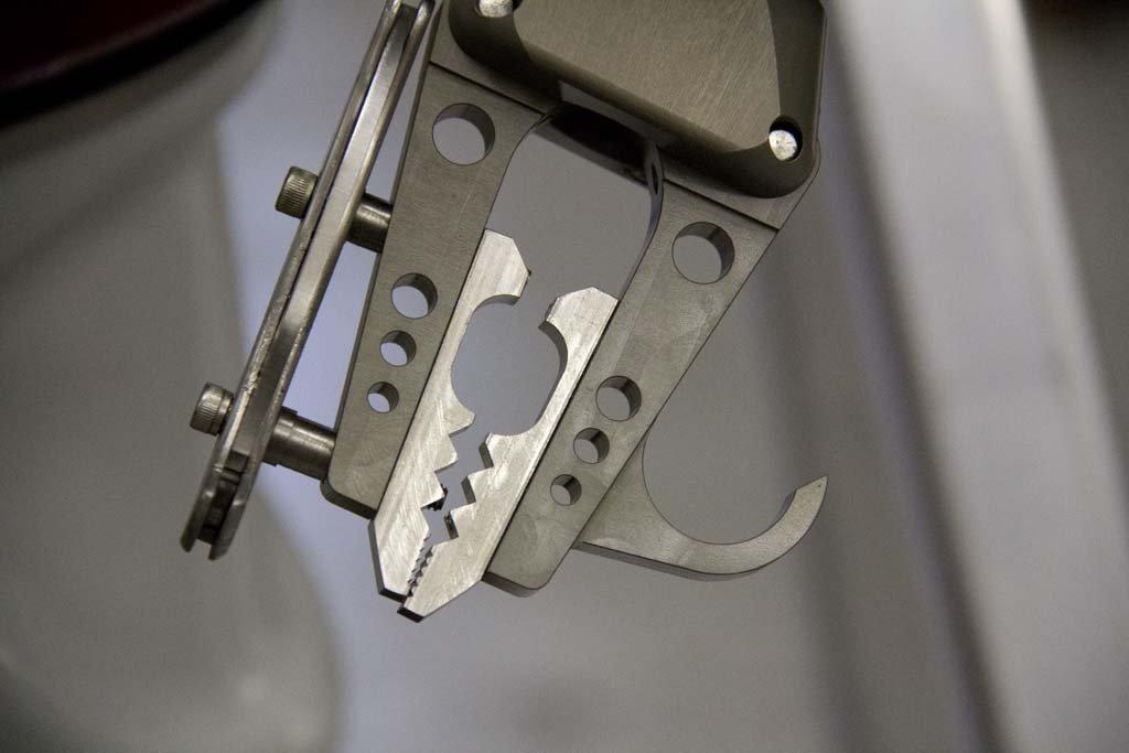 Mit den beiden pinzettenartigen Endstücken an den Armen kann der Taucher große Objekte greifen, aber auch diffizile Arbeiten erledigen.