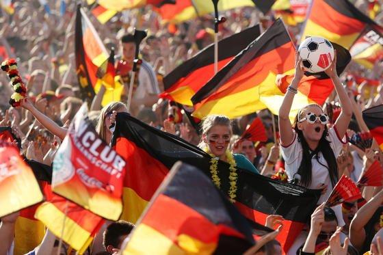 Ein Finale zwischen Deutschland und Spanien dürfte auf den Fanmeilen in Deutschland für Begeisterung sorgen. Das Problem: Die spanische Nationalmannschaft ist 69 Millionen Euro mehr wert als die deutsche. Und müsste nach der Theorie der Wissenschaftler somit auch gewinnen.
