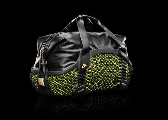 """Die Tragestruktur der Sporttasche """"Rebento"""" von Nike kommt aus dem 3D-Drucker. Das engmaschige Nylongewebe ist leicht, flexibel und robust. Im 3D-Druckverfahren wird das dreidimensionale Gewebe Schicht für Schicht aufgebaut."""