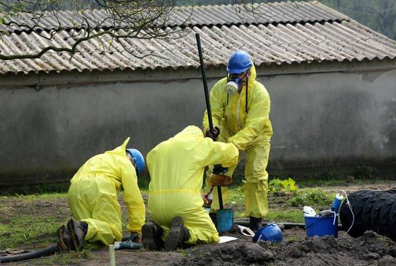 Fachleute für Bodenanalysen untersuchen auf dem Hof von Familie Sundermann den Ackerboden. Auf den Ackerflächen sind große Mengen Öl aus unterirdischen Speichern ausgetreten. Das Leck ist immer noch nicht gefunden.