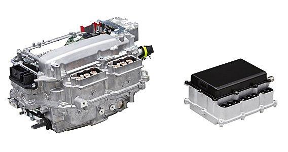 Das Bild zeigt links eine aktuelle Leistungselektronik von Toyota. Sie ist nicht nur schwerer und größer, sondern auch weniger effizient im Vergleich zu ihrem geplanten Nachfolger, der rechts abgebildet ist.