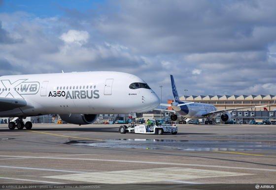 Besonders leicht, sparsam und komfortabel soll der neue A350 sein – dennoch gibt Emirates nun Boeing den Vorzug.