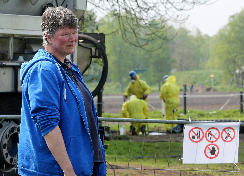 Bäuerin Claudia Sundermann ist verzweifelt. Sie musste bereits zehn Kühe notschlachten, die von der Ölbrühe getrunken hatten.