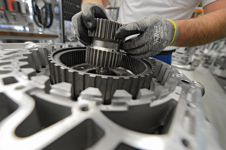 Ein Arbeiter baut ein Getriebe für einen Omnibus zusammen. Auch in solchen Getrieben könnte der Gleitlack in Zukunft zum Einsatz kommen.