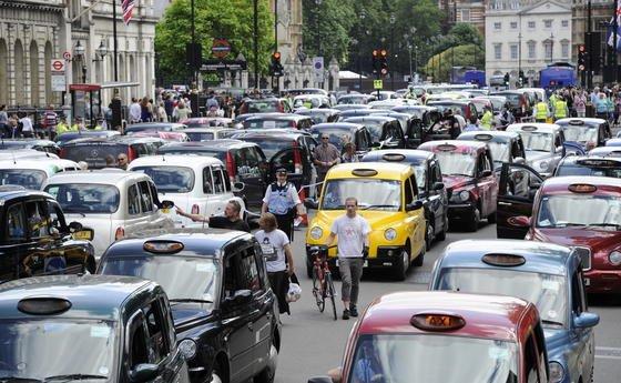 Taxifahrer protestierten in London gegen die neue Internetkonkurrenz. Auch in anderen europäischen Städten blockierten Taxifahrer mit ihren Wagen die Straßen. Sie wehren sich gegen Apps, die Fahrdienste an Privatleute vermitteln.