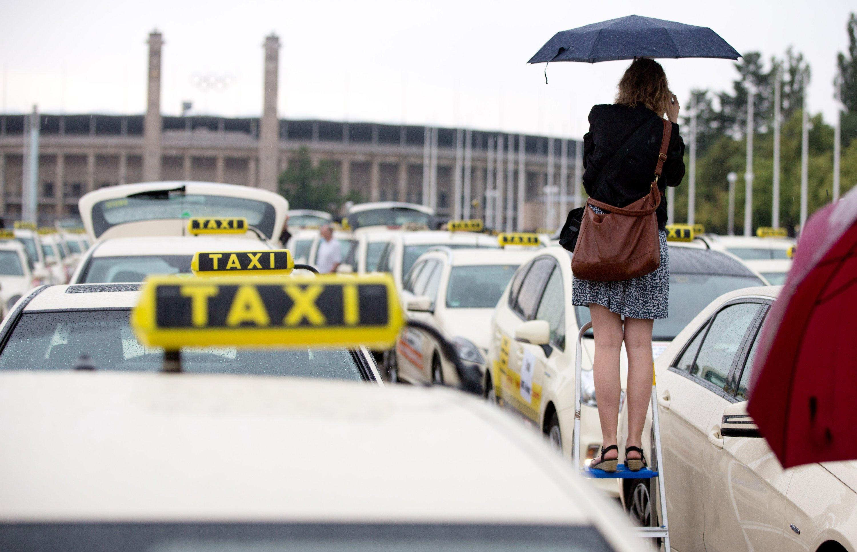 Eine Taxi-Sternfahrt endet am 11. Juni 2014 auf dem Olympiaplatz in Berlin. Die Taxifahrer demonstrieren mit dieser Aktion gegen die neue Konkurrenz aus dem Internet.